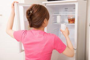 冷蔵庫の扉を開ける